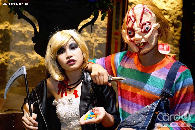 恐怖鬼娃恰吉與鬼娃新娘端菜上桌,住客也能穿戴搞怪道具大玩角色扮演(圖/君品酒店 提供)
