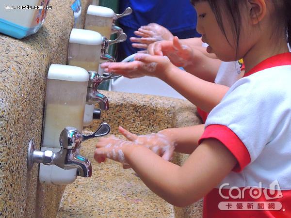 勤洗手為預防腸病毒最有效的方法,使用洗手乳或肥皂搓洗20秒,再以個人擦手巾擦乾(圖/卡優新聞網)