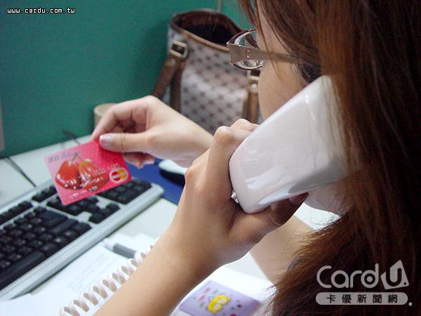 《卡優新聞網》特別整理出35家銀行客服電話快速按鍵表,讓卡友不用等待即可接通真人(圖/卡優新聞網)