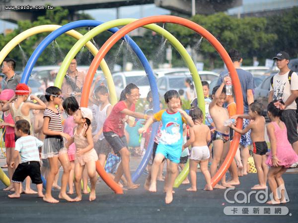 大佳河濱公園戲水區有大型圓圈、圓柱和巨型花朵等造型噴水設施,完全免費使用(圖/台北市政府 提供)