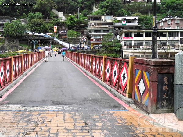 烏來覽勝大橋身受損嚴重,將於明年1月動工,建造人車通行的鋼拱造型景觀橋(圖/新北市政府 提供)