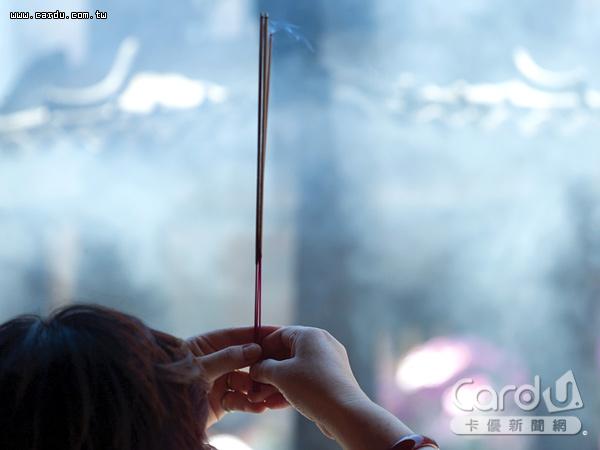 焚香導致寺廟周邊空氣品質惡化,對信徒身體更是負面影響,因此龍山寺3座香爐減為1座(圖/卡優新聞網)
