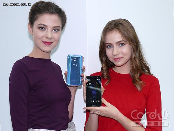 HTC U11使用3D水漾玻璃包覆機身,在不同的角度下機身會閃爍不同的色彩,支援IP67防水防塵(圖/卡優新聞網)