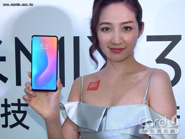 「小米MIX 3」採用6.39吋的19.5:9全螢幕,螢幕占比高達93.4%,前置相機為滑蓋設計(圖/卡優新聞網)