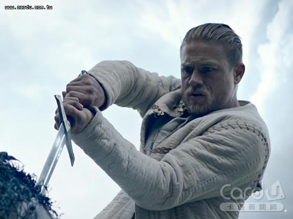 《亞瑟:王者之劍》改編石中劍故事,帶著觀眾回到中古世紀的英格蘭,快節奏演出英雄傳奇(圖/華納兄弟 提供)