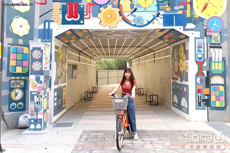 騎乘自行車穿過磚造圓拱形的五堵隧道中,彷彿來到神隱少女的場景(圖/新北市政府 提供)
